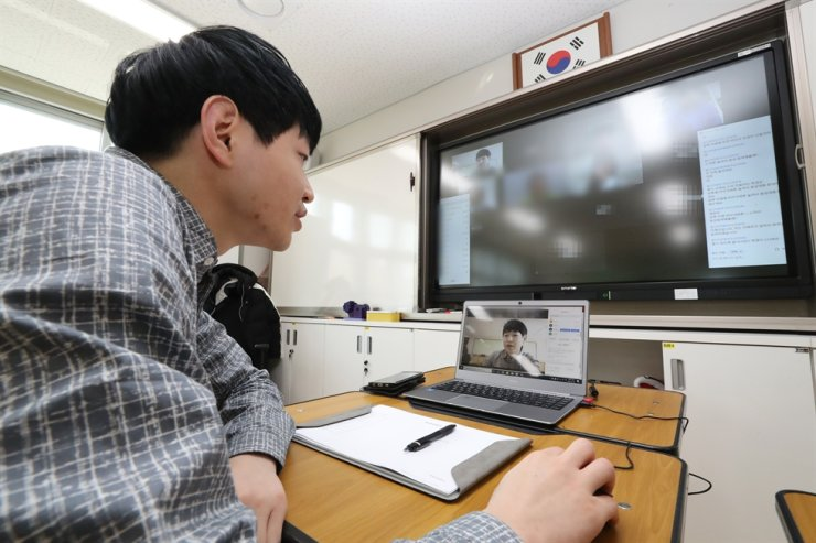 South Korea will begin the new school year with online classes on April 9 following repeated delays due to the novel coronavirus, the prime minister said Tuesday. Yonhap