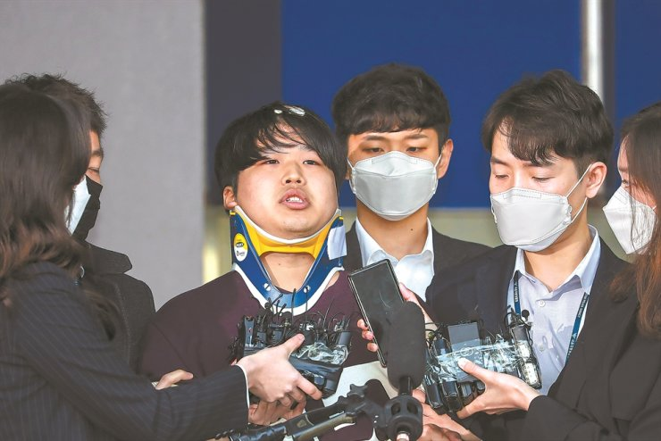 Cho Ju-bin, a suspect who allegedly blackmailed women and minors to make sexually abusive videos and sold them, has his face go public outside Jongno Police Office in Seoul, Wednesday. Korea Times photo by Shim Hyun-chul
