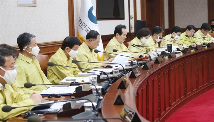 Prime Minister Chung Sye-kyun and Cabinet members hold an emergency workshop at the Government Complex Seoul, Saturday, when they agreed to return 30 percent of their salary for four months to fund the efforts to contain COVID-19. / Yonhap