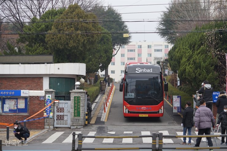 A bus carrying COVID-19 patients leaves a virus-hit apartment complex in Daegu, Sunday. The apartment complex had been under lockdown as a third of its residents were confirmed to be infected with the virus. Most of them were followers of the Shincheonji Church of Jesus. / Korea Times photo by Kim Jea-hyun