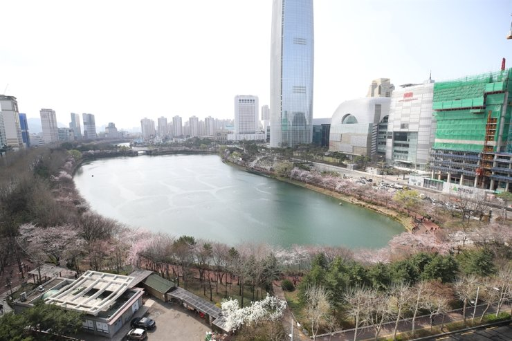 Seokchon Lake Park in Songpa Ward will close from March 28 (Saturday) to April 12. Yonhap