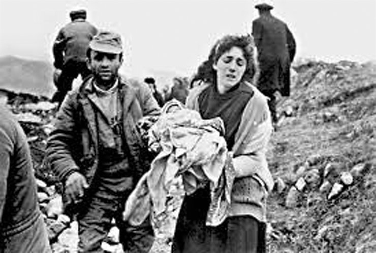 A mother holds her child killed by Armenian troops in Khojaly in February 1992. / Embassy of Azerbaijan