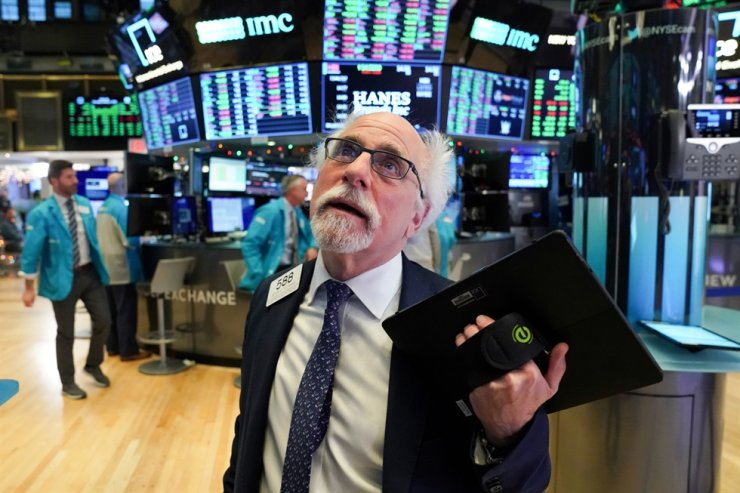 Trader Peter Tuchman works at the New York Stock Exchange (NYSE) in New York, U.S., January 2, 2020. /REUTERS