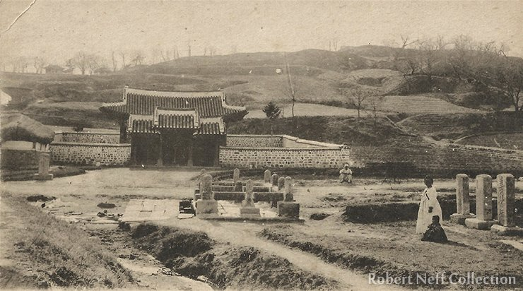 Sonjuk Bridge and Pyochung monument at Gaeseong, the capital of Goryeo. Robert Neff Collection.