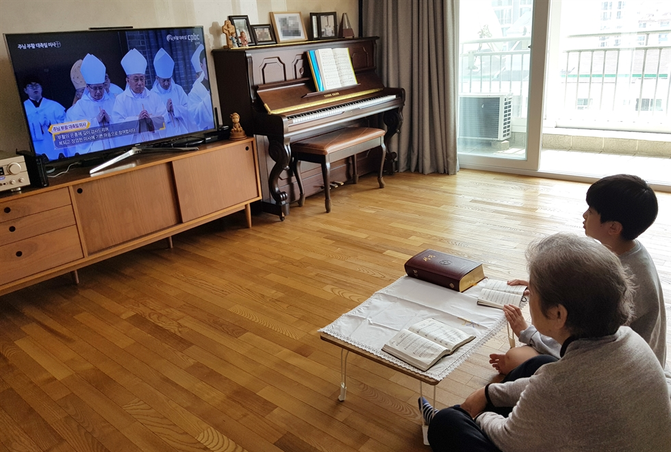 Rev. Park Ok-soo of Seoul-based mega church Good News Mission preaches to celebrate Easter, Sunday. His sermon was streamed for churchgoers who observed the Christian holiday at home to comply with the social distancing drive aimed at preventing the spread of coronavirus. Yonhap