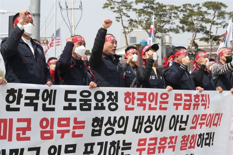 Members of the USFK Korean Employees Union stage a protest in front of Camp Humphreys in Pyeongtaek, Gyeonggi Province, April 1, when nearly half of the Korean staff at U.S. military bases here were placed on unpaid leave in the absence of the defense cost-sharing deal. / Yonhap