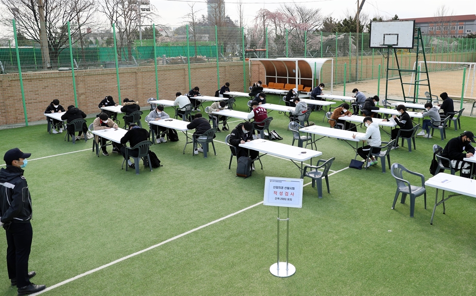 Candidates take Korea Coast Guard auxiliary police recruitment exam in Busan, South Korea, April 7, 2020. South Korea reported 47 new COVID-19 cases compared to 24 hours ago as of midnight Tuesday local time, raising the total number of infections to 10,331. The newly confirmed cases stayed below 50 for the second consecutive day. Of the total, 17 were imported cases. (NEWSIS/Handout via Xinhua)