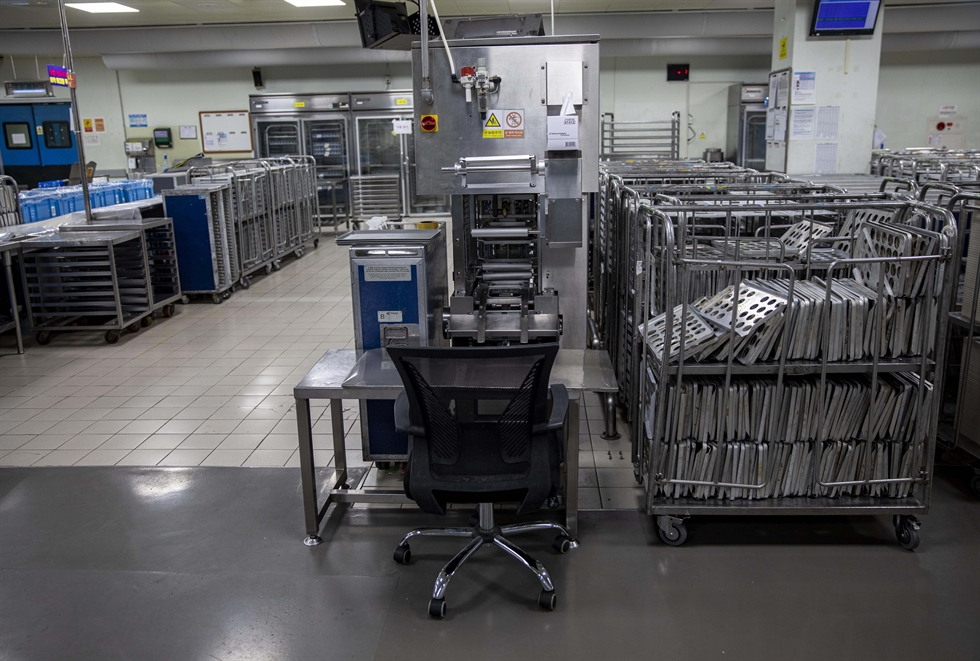 An aircraft meal cart is almost empty at Korean Air's in-flight meal production center in Incheon, Thursday. The facility, which used to produce 70,000 meals a day before the outbreak of the coronavirus, now makes only 3,700 as most flights are grounded. The sharp fall caused a massive layoff of workers at the facility. Only two out of 20 production lines are operating, with about 10 workers. Korea Times photo by Shim Hyun-chul