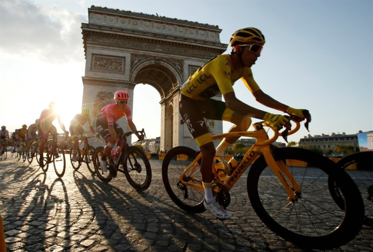 Team INEOS rider Egan Bernal of Colombia, wearing the overall leader's yellow jersey, in action in front of the Arc de Triomphe during the Tour de France at the 128-km Stage 21 from Rambouillet to Paris Champs-Elysees, July 28. / Reuters-Yonhap