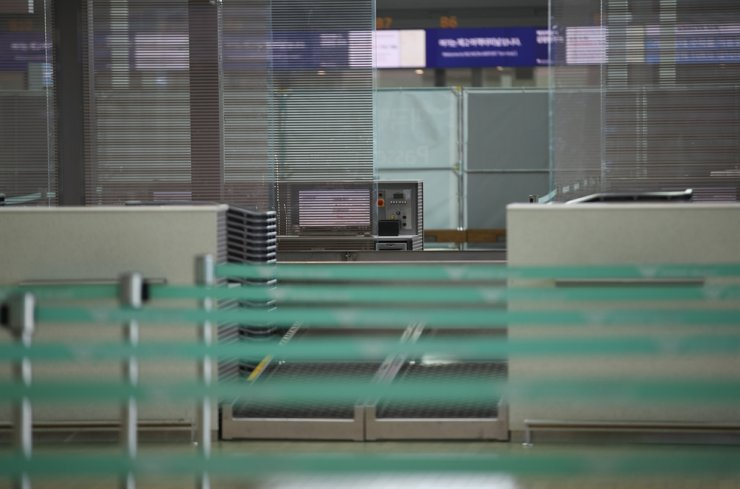 Incheon International Airport's departure lounge is empty after new regulations to prevent the spread of coronavirus pandemic reduced international travel. The government will suspend a visa-waiver program from April 13 to further limit the number of arrivals./ Yonhap