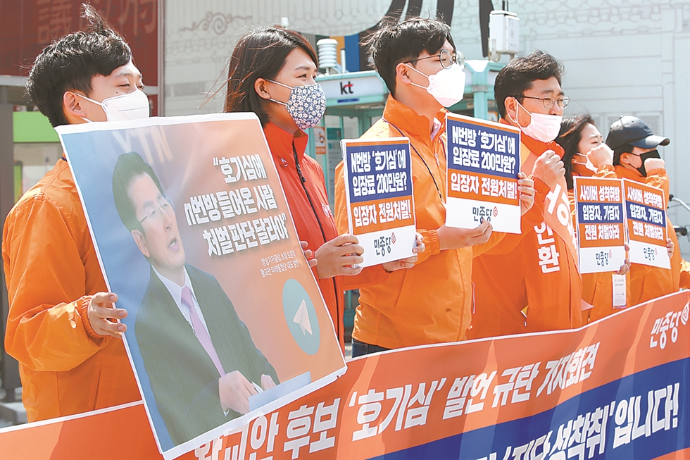 Main opposition United Future Party (UFP) Chairman Hwang Kyo-ahn speaks during an election campaign rally in Seoul's Jongno District, Saturday. Hwang has faced criticism for a series of inconsiderate remarks which supporters said were 'slips of the tongue.' Yonhap