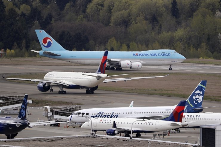 A Boeing 747-8F Korean Air Cargo jet taxis past other waiting aircraft to take-off at Seattle-Tacoma International Airport, Thursday (KST) in SeaTac, Wash. AP-Yonhap