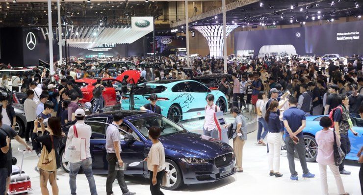 Visitors crowd the 2018 Busan International Motor Show at BEXCO in Busan, in this June 8, 2018, file photo. This year's edition is expected to be canceled due to the COVID-19 outbreak. Yonhap