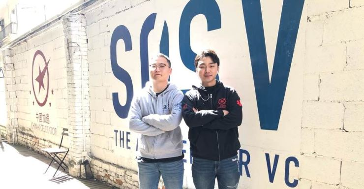 Lee Jong-wan, left, a senior investment analyst of cross-border startup accelerator Chinaccelerator, the first Korean employee with the 10-year-old company headquartered in Shanghai, poses with a Korean intern Kang Myeong-soo inside the company compound, Tuesday. Courtesy of Chinaccelerator
