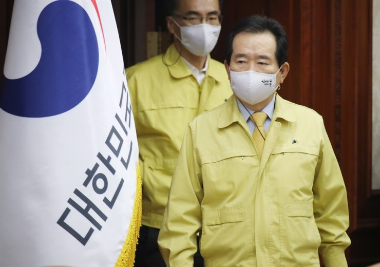 Prime Minister Chung Sye-kyun wearing a face mask attends a meeting of the Central Disaster and Safety Countermeasures Headquarters in Seoul, Saturday. Yonhap
