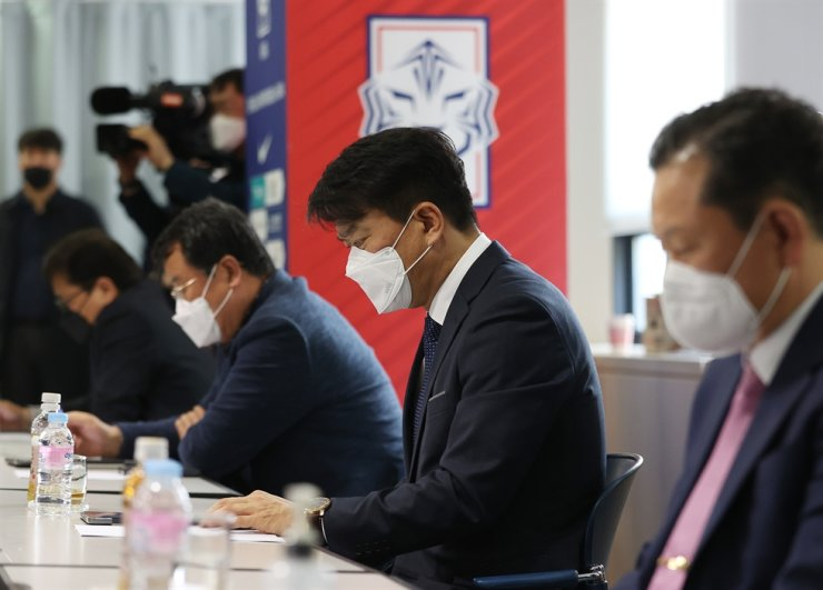 Ulsan Hyundai FC General Manager Kim Kwang-gugk, center, speaks during the Korea Football Association meeting to discuss over the exact length and preferred start date for this year's K League season at the organization's headquarters in Seoul, Monday. / Yonhap
