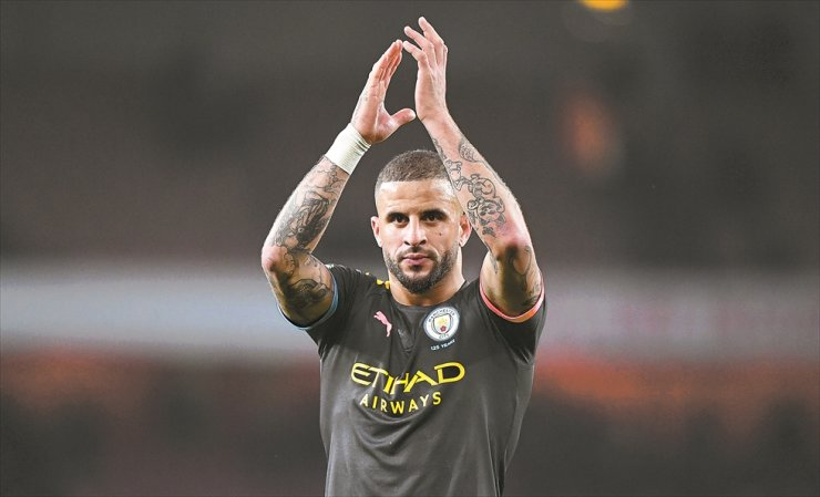 Manchester City's Kyle Walker applauds supporters after the English Premier League football match between Arsenal FC and Manchester City in London, Britain, Dec. 15. According to reports on Sunday, Manchester City defender Kyle Walker has apologized for hosting a sex party with two escorts during the coronavirus lockdown. / EPA-Yonhap
