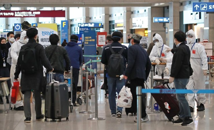 A group of Korean evacuees arrive at Incheon International Airport, west of Seoul, Friday, from Morocco via a Moroccan carrier provided by the North African nation.. Yonhap