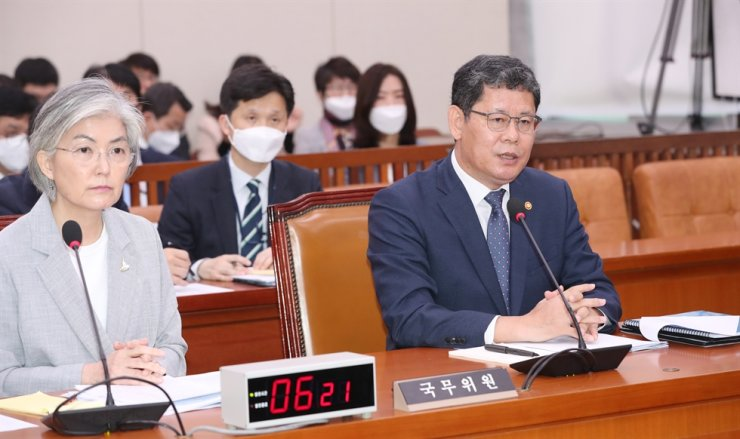 Unification Minister Kim Yeon-chul, right, and Foreign Minister Kang Kyung-wha participate in a session of the Foreign Affairs and Unification Committee at the National Assembly in Seoul, Tuesday. / Yonhap