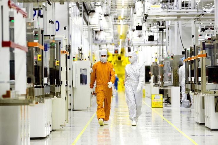 Employees walk through a Samsung Electronics semiconductor manufacturing facility in Hwaseong, Gyeonggi Province. / Courtesy of Samsung Electronics