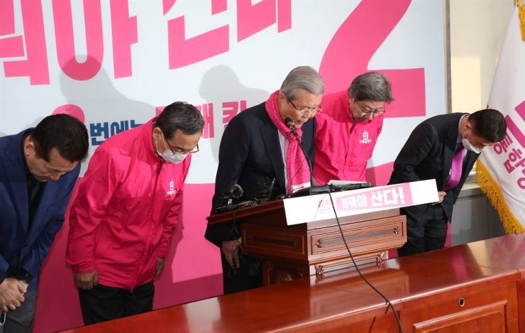 Kim Chong-in, cente, head of the main opposition United Future Party's election committee, apologizes with other party members at the National Assembly in Seoul, Thursday, for inappropriate remarks made by two candidates against a 'certain age group' and bereaved family members of the Sewol ferry disaster. Yonhap