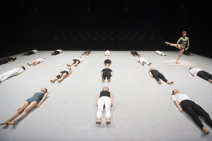 'Be,' choreographed by Kim Sung-yong, artistic director of the Daegu City Dance Company, will be performed at the 39th International Modern Dance Festival from May 14 to 29. Courtesy of Daegu City Dance Company