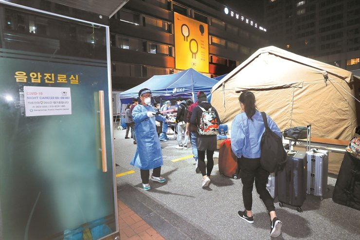 Residents arrive at the Gangnam District's COVID-19 testing center from Incheon International Airport on April 2. Courtesy of Gangnam District Office
