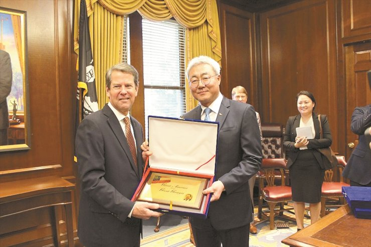 SK Innovation CEO Kim Jun, right, poses with Georgia Governor Brian Kemp after signing a memorandum of understanding to construct the company's electric vehicle battery plant in the United States in this January 2019 photo. Courtesy of SK Innovation