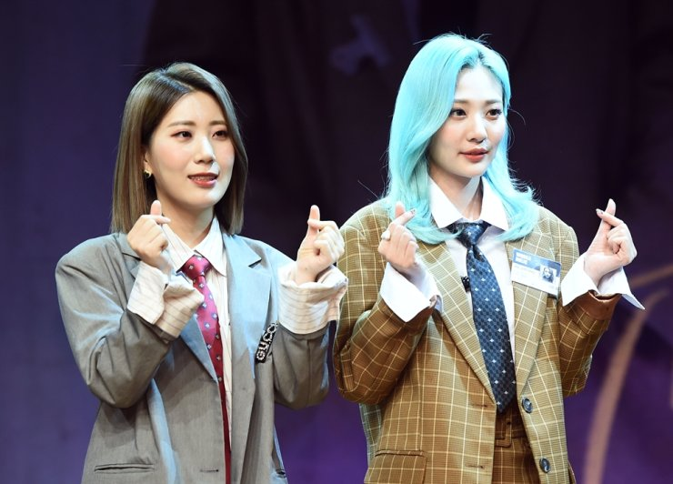 BOL4 members Woo Ji-yoon, left, and Ahn Ji-young at a showcase held at Ilji Art Hall in Seoul on Sept. 10 last year. Korea Times file
