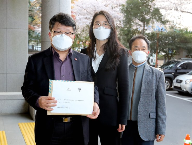 Officials of Jeju Special Self-Governing Provincial Government arrive at the Jeju District Prosecutors' Office, Monday, to file a compensation suit against a student and her mother who traveled to the resort island despite showing symptoms and later tested positive. Yonhap