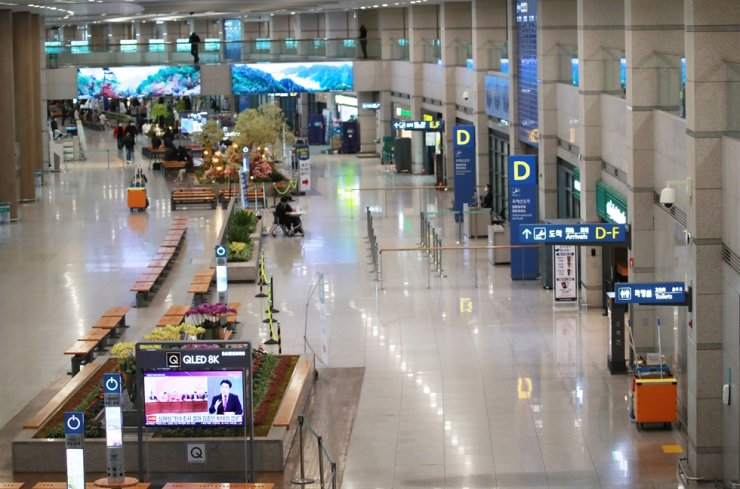 The arrivals hall at Incheon International Airport is quiet amid the global COVID-19 pandemic. / Yonhap