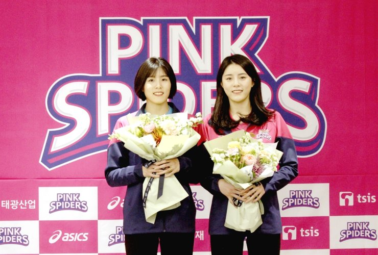 Star volleyball twins Lee Jae-yeong, left, and Da-yeong pose during a signing ceremony, April 14. / Courtesy of Heungguk Life Insurance Pink Spiders