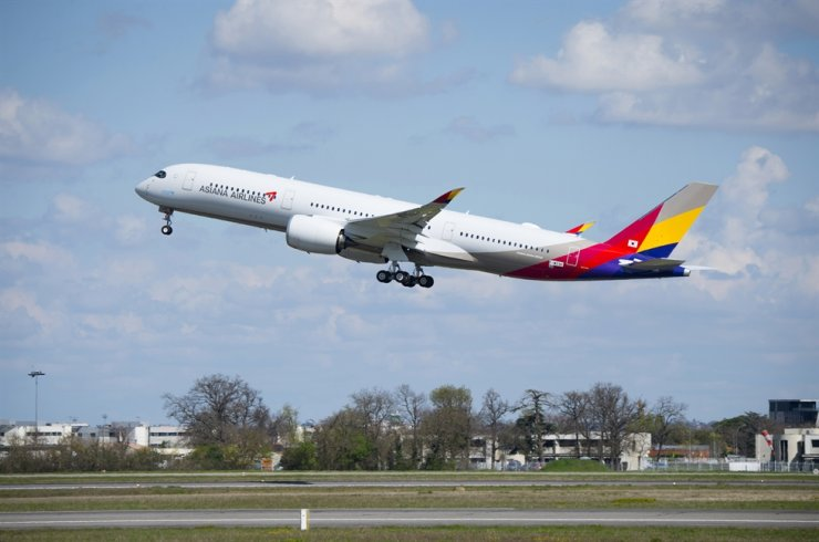 HDC Hyundai Development is unlikely close a deal soon to buy Asiana Airlines as planned due to the COVID-10 pandemic. Korea Times file