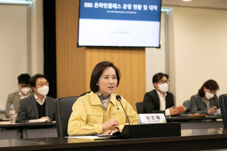 Education Minister Yoo Eun-hae speaks during her visit to EBS headquarters in Goyang, Gyeonggi Province, Monday, to check ongoing preparations for the second online-school opening, scheduled for Thursday. /Yonhap.