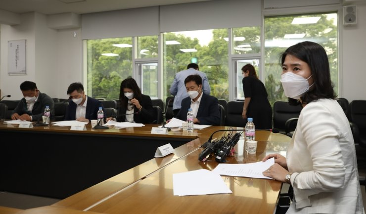 Korea Judo Association (KJA) disciplinary committee attorney Kim Hye-eun, right, speaks during the organization's in-house committee at the Korean Sport & Olympic Committee headquarters in Seoul, Tuesday. / Yonhap