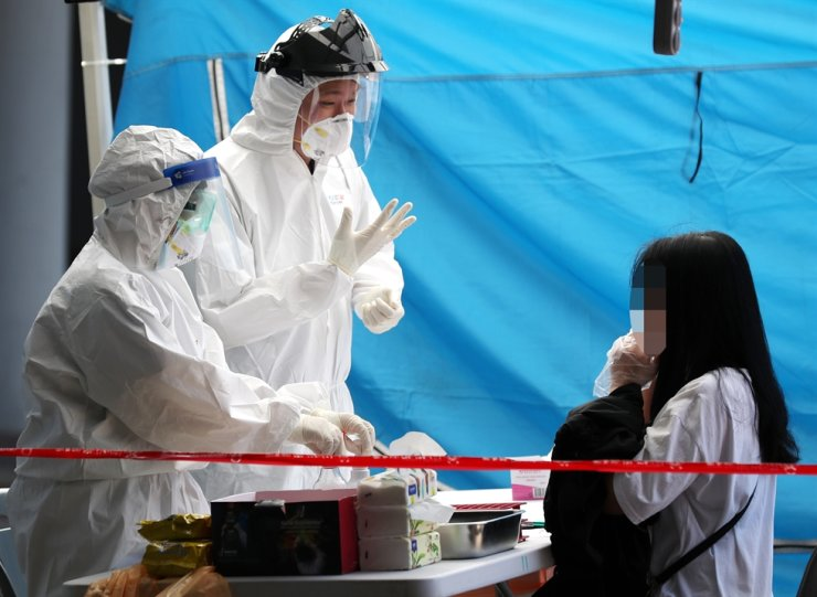 Seoul and the surrounding area saw another double-digit increase in new coronavirus cases, data showed Wednesday, raising concerns over a possibly bigger outbreak in the populous area. Yonhap