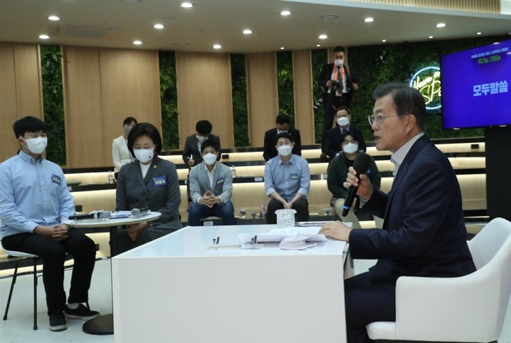 President Moon Jae-in speaks during a meeting with a group of young entrepreneurs at the Narakium Youth Startup Hub in Gangnam District, southern Seoul, Thursday. Moon promised to push the 'Smart Korea Fund,' a joint fund created by the government and private sector to invest into startups, especially in the fields of AI, big data and biotech. Yonhap