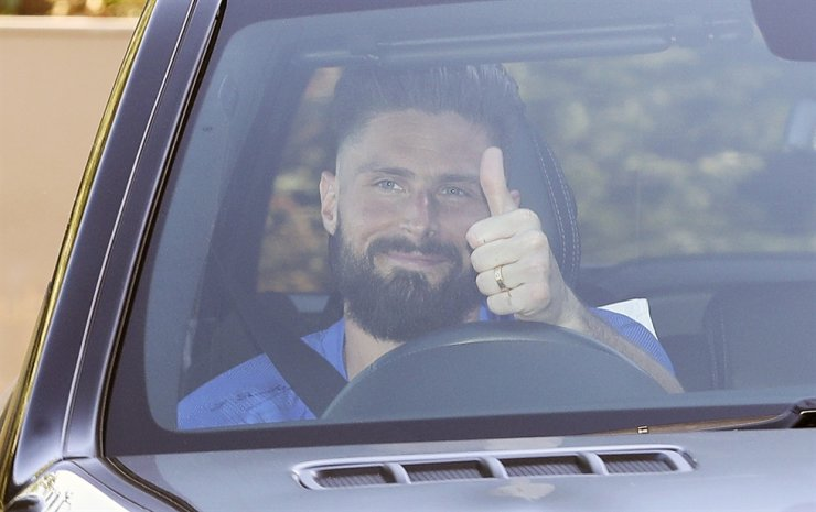 Chelsea's French player Olivier Giroud gives a thumbs-up sign as he leaves at the club's Cobham training ground after the English Premier League announced players can return to training in small groups from Tuesday. The highly contagious COVID-19 coronavirus has impacted on nations around the globe, with many governments making the first steps to release sectors of the population from self-isolation. / AP-Yonhap