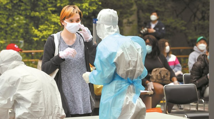 A foreign resident gets a COVID-19 test at a testing center outside Seongdong District Health Center in Seoul, Tuesday. The health authorities said a total of 102 new coronavirus infections had been found linked to five clubs in Itaewon. Yonhap