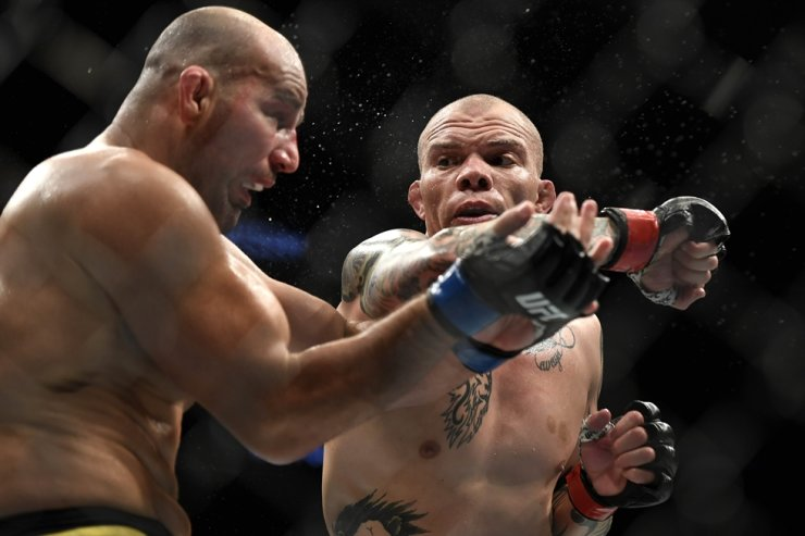 Anthony Smith, right, of the United States fights Glover Teixeira of Brazil in their Light Heavyweight bout during UFC Fight Night at VyStar Veterans Memorial Arena on Wednesday in Jacksonville, Fla. / AFP-Yonhap