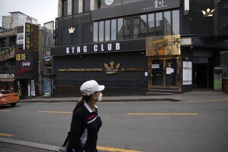 A woman walks past a dance club at Itaewon in Seoul, Tuesday. Korea Times photo by Choi Won-suk