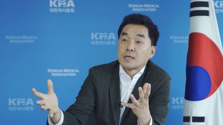 Bang Sang-hyok, vice president of the Korean Medical Association, speaks during a recent interview at the organization's office in Seoul. Korea Times photo by Kim Kang-min