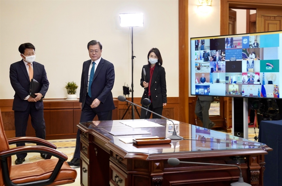 President Moon Jae-in speaks on the phone with Chinese President Xi Jinping at his residence at Cheong Wa Dae, May 13. Yonhap