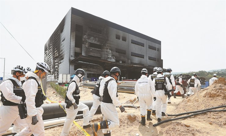 Investigators enter a burnt warehouse on the second day of their forensic investigation into the cause of a fire that left 38 workers dead, Friday. Yonhap