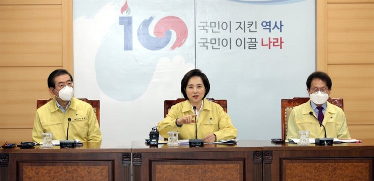 Education Minister Yoo Eun-hae, center, speaks during an emergency meeting on strengthened quarantine and health safety measures in schools and private education institutions with Seoul Mayor Park Won-soon, left, and Seoul Metropolitan Office of Education Superintendent Cho Hee-yeon, at the government complex in Seoul, Thursday. Yonhap