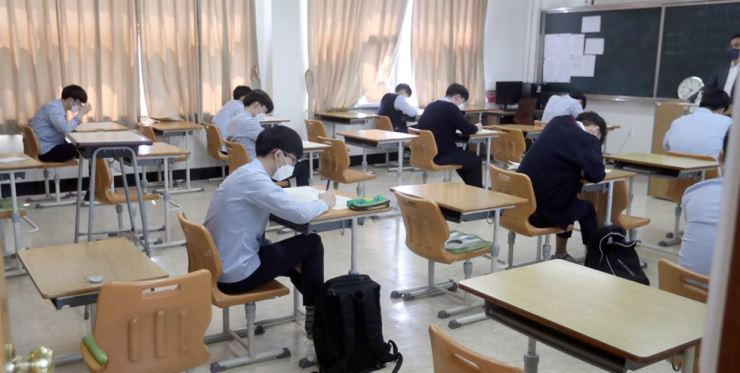 High school seniors take a mock College Scholastic Ability Test at Honam Jeil High School in Jeonju, North Jeolla Province, Thursday. Yonhap