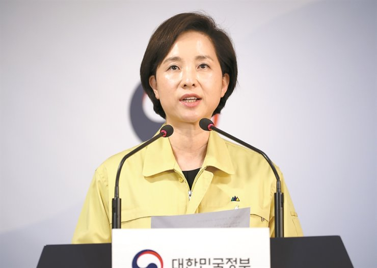 Education Minister Yoo Eun-hae speaks at a media briefing at the Government Complex in Seoul, Monday, announcing the dates when students can to return to school. Yonhap