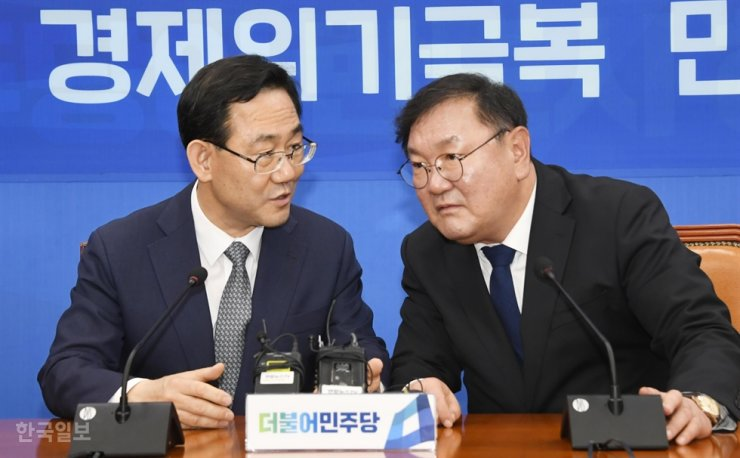 Rep. Joo Ho-young, left, floor leader of the main opposition United Future Party, talks with Rep. Kim Tae-nyeon, floor leader of the ruling Democratic Party of Korea, during his visit to Kim's office at the National Assembly in Seoul, Thursday. The two agreed on holding the 20th Assembly's last plenary session on May 20 to pass several pending bills. Korea Times photo by Bae Woo-han