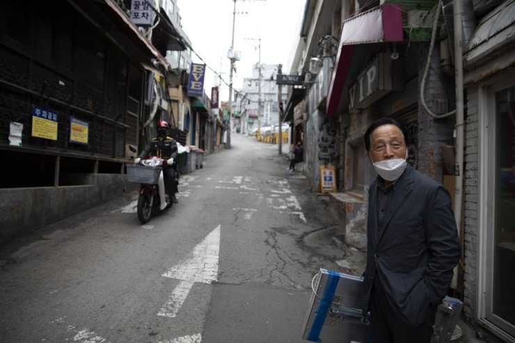 A man wearing a face mask stands on the street near the clubs affected by the new coronavirus in Seoul, May 12. Korea Times photo by Choi Won-suk