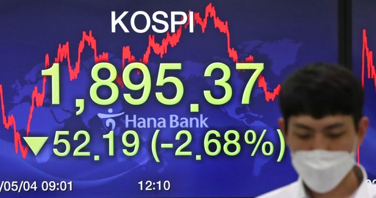 A dealer at Hana Bank works in front of an electric board showing the closing price of the main bourse, at a dealing room in Seoul, Monday. The benchmark KOSPI closed at 1,895.37, down 2.68 percent from the previous trading day, on mass selling from foreign and institutional investors. The won-dollar exchange rate inched up 0.82 percent to close at 1,229.1 won for the U.S. dollar. The greenback gained ground amid reviving fears of the U.S.-China trade feud. Yonhap